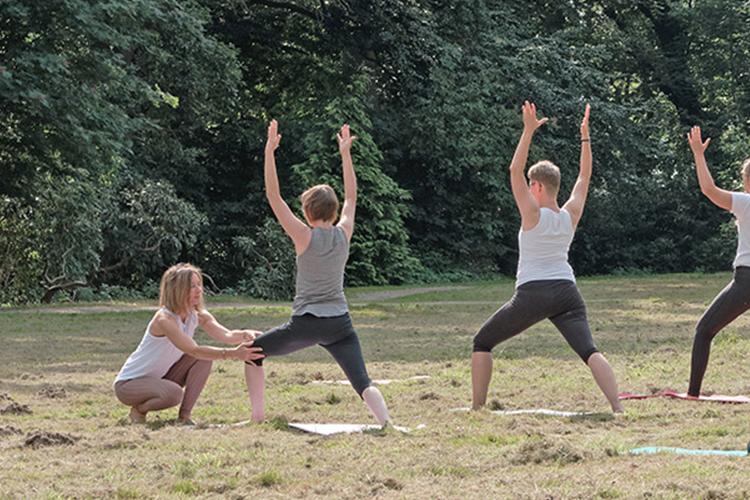 Yogapunkt Achim mit Kristina Nesenzew im Schlosspark Etelsen